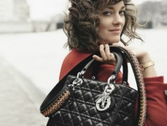 A atriz francesa ganhadora do Oscar foi fotografada em Paris, às margens do Rio Sena