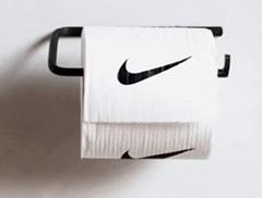 Diretor de arte usa design gráfico para brincar com peças e logos de moda